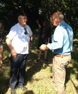 Two Mancini men from different families discuss the strategy for finding Dominco's old home.